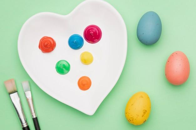 Инструменты рисования и крашеные яйца Бесплатные Фотографии