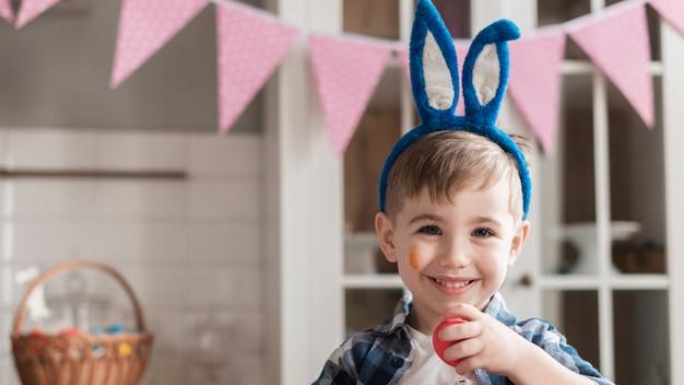 Портрет счастливой молодой улыбающийся мальчик Бесплатные Фотографии