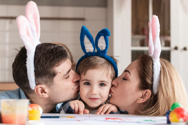 Макро отец и мать целуют маленького мальчика Бесплатные Фотографии