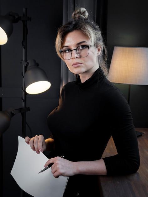 Портрет уверенно молодой женщины с очками Бесплатные Фотографии