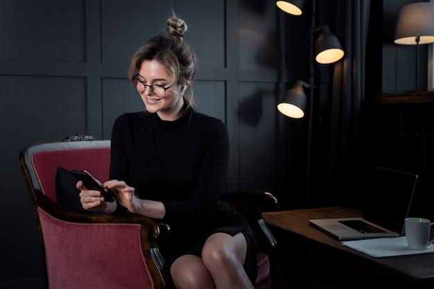 Портрет взрослой деловой женщины с очками в офисе Бесплатные Фотографии