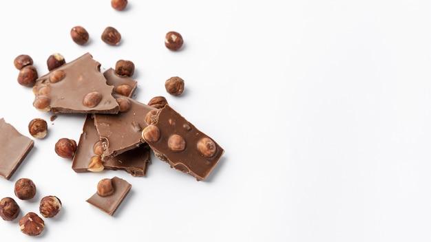 Высокий угол шоколада с фундуком и копией пространства Бесплатные Фотографии