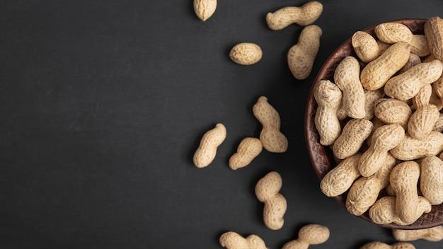 Вид сверху арахиса в миске с копией пространства Бесплатные Фотографии