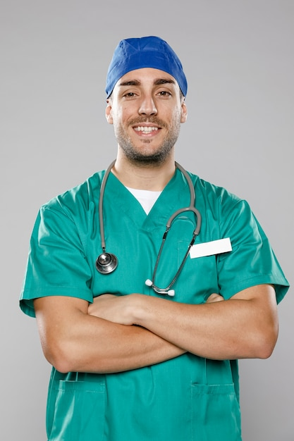 スマイリー男性医師の正面図 無料写真