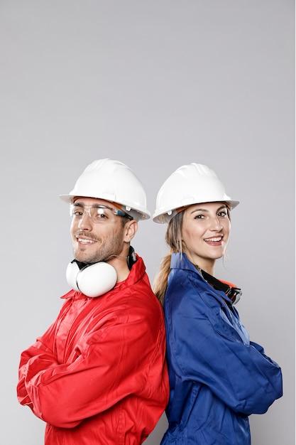 ポーズの建設労働者の側面図 無料写真
