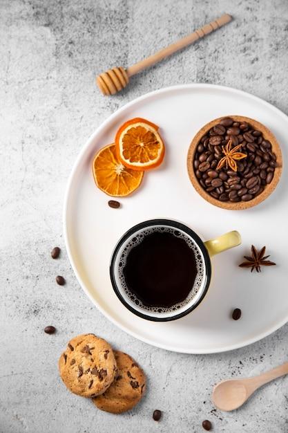 フラットレイコーヒーと食材をトレイに 無料写真