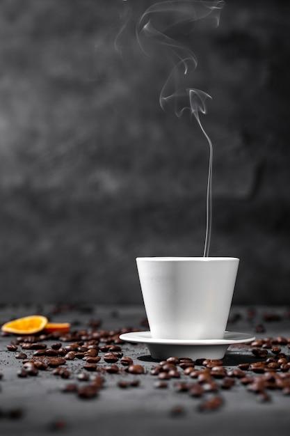 Вид спереди дымящейся чашки кофе Бесплатные Фотографии