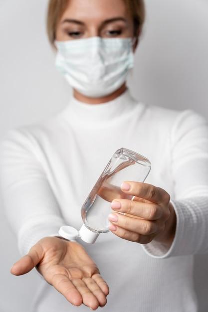 手の洗浄ジェルを適用する女性の肖像画 無料写真
