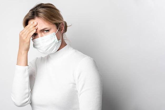 Портрет молодой женщины с симптомом лихорадки Бесплатные Фотографии