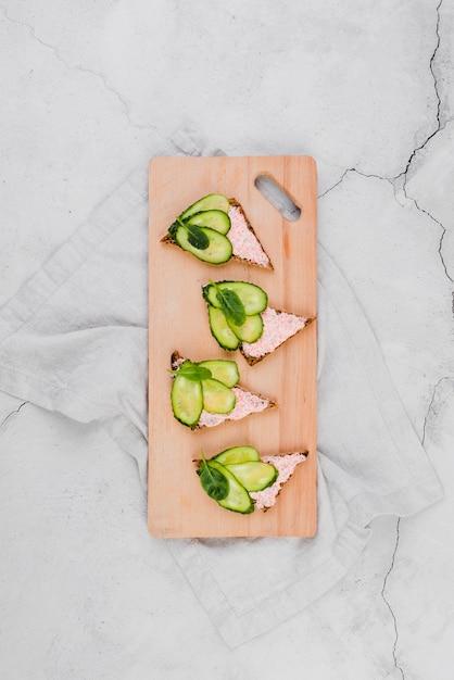 パンの卵と木の板 無料写真