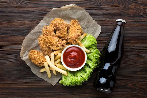 Вид сверху американской еды и соды Бесплатные Фотографии