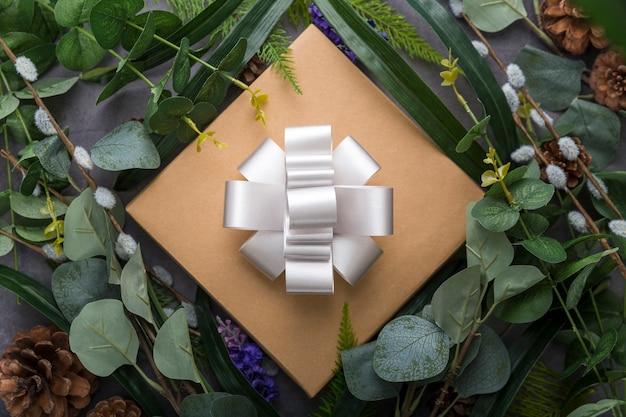 ギフトボックスと葉の配置 無料写真