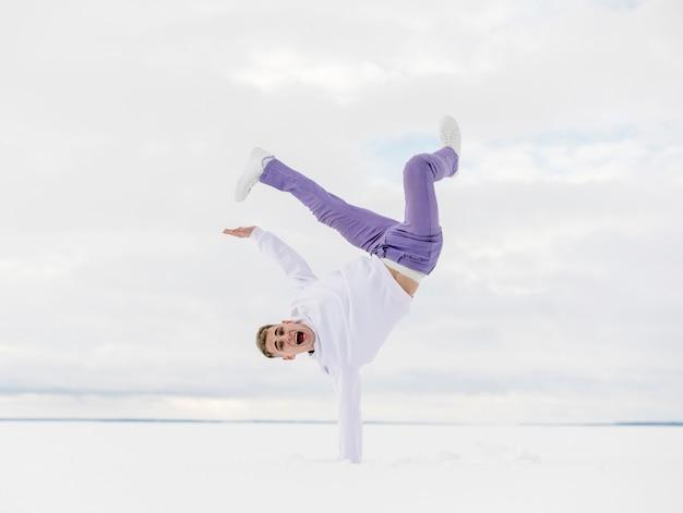 雪の中で外のハンサムなヒップホップダンサー 無料写真