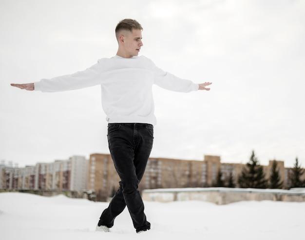 外でポーズハンサムなヒップホップダンサーの正面図 無料写真