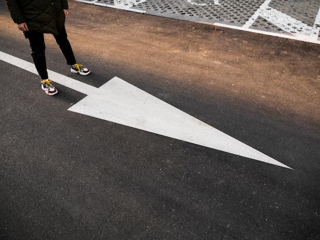 大きな白い矢印が付いている通りの高角 無料写真