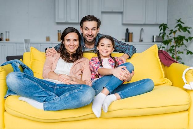 Счастливая семья проводить время вместе на диване Бесплатные Фотографии