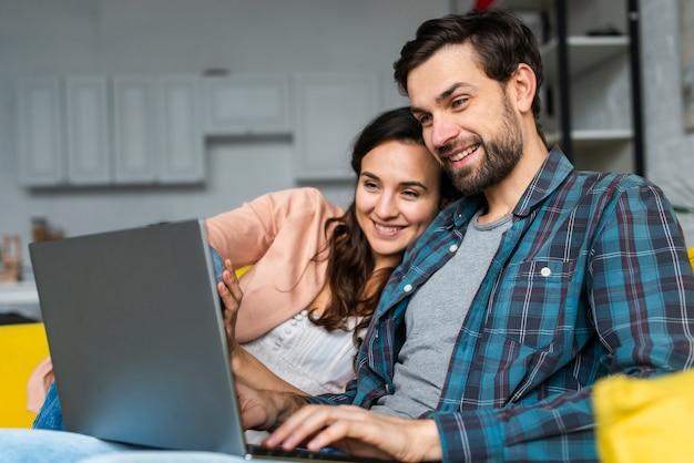 Счастливая пара, используя ноутбук Бесплатные Фотографии
