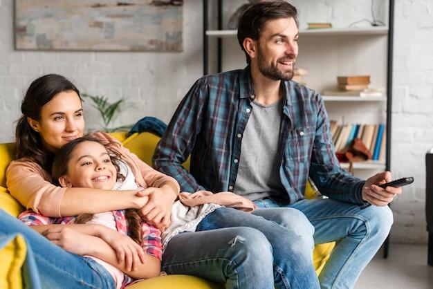 テレビを見て幸せな家族 無料写真