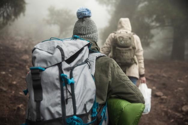 Вид сзади альпинистов с рюкзаками Бесплатные Фотографии