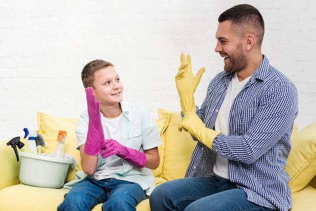 父と息子が家を掃除する準備をして 無料写真