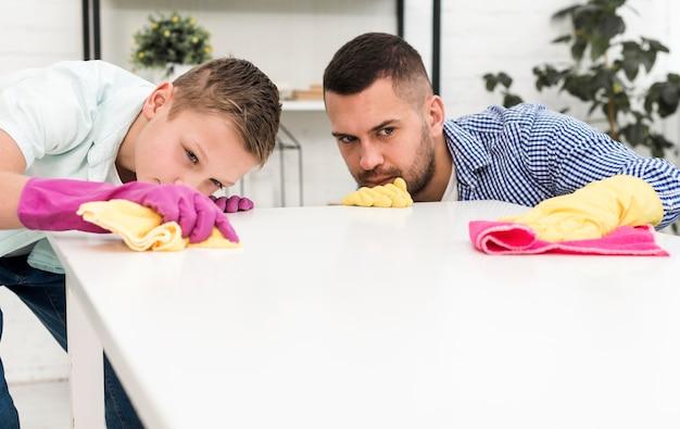掃除しながら正確な男と少年 無料写真