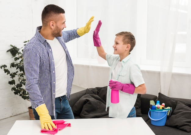 男と男の子はお互いに掃除をしている 無料写真
