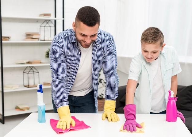 息子と父親が一緒に掃除 無料写真