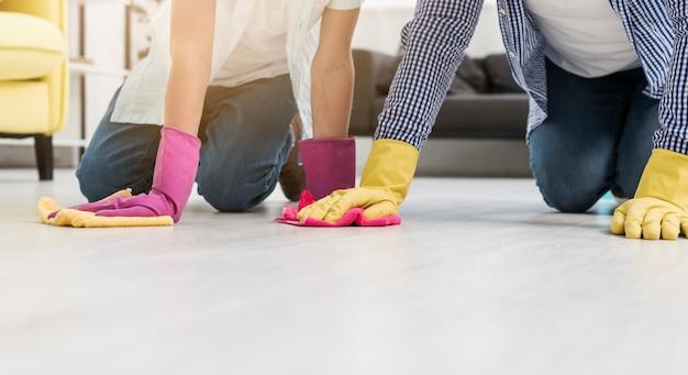 ゴム手袋を着用したまま床を掃除する 無料写真