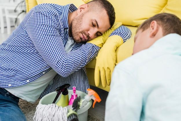 父と息子の掃除の後寝ています。 無料写真