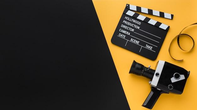 コピースペースを持つフラットレイアウトレトロなムービーカメラ 無料写真