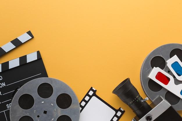 黄色の背景にフラットレイアウトシネマオブジェクト 無料写真