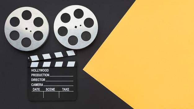 コピースペースを持つ二色の背景上の要素を作るトップビュームービー 無料写真