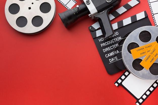 コピースペースを持つ赤の背景に映画の要素の配置 無料写真