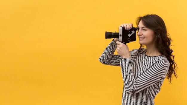 Женщина снимает с ретро камеры Бесплатные Фотографии
