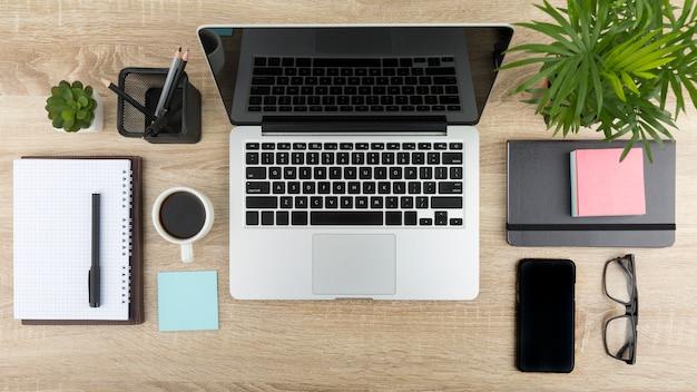 ノートパソコンとデスクコンセプトのフラットレイアウト 無料写真