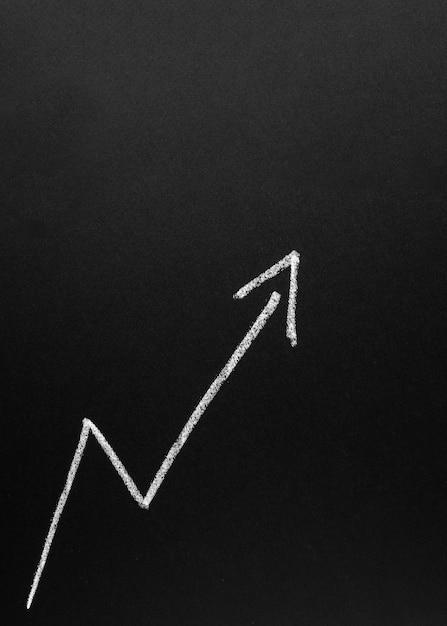 黒板に成長している白い矢印 無料写真
