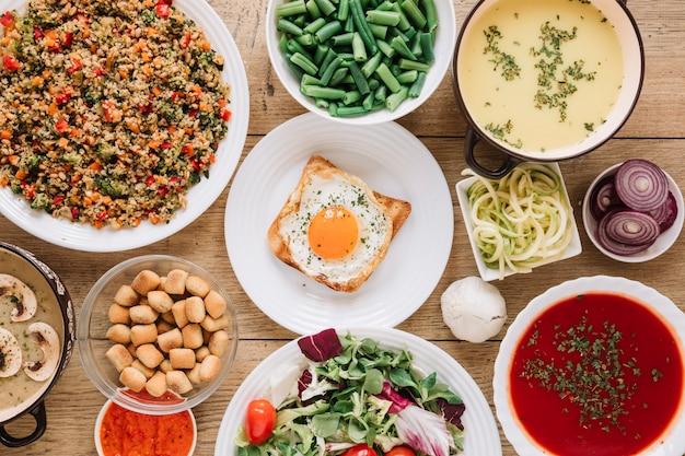 目玉焼きとトマトのスープ料理のトップビュー 無料写真