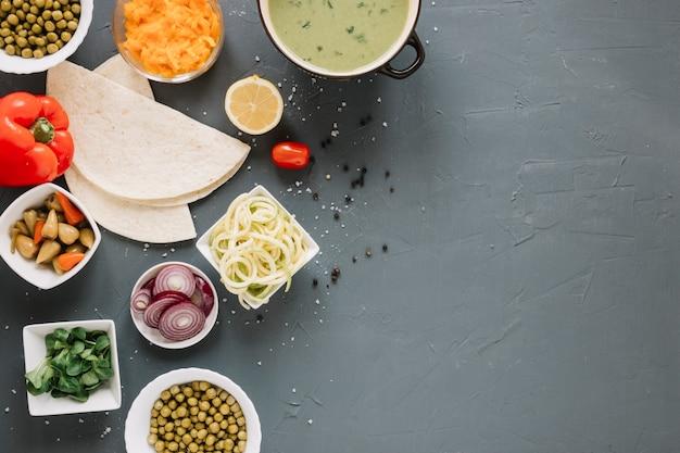 スープと玉ねぎの料理の平面図 無料写真