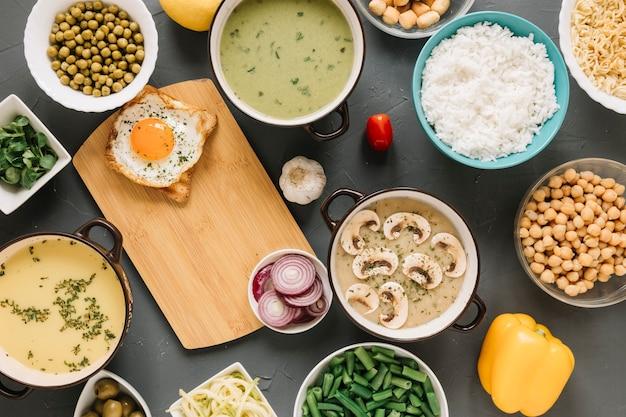 目玉焼きとキノコのスープ料理のトップビュー 無料写真