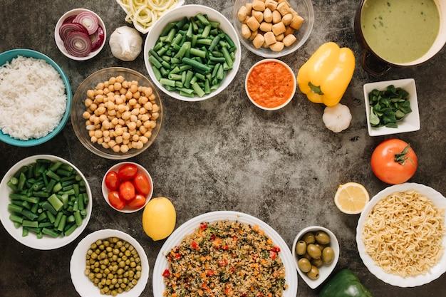 Вид сверху блюд с лапшой и нутом Бесплатные Фотографии