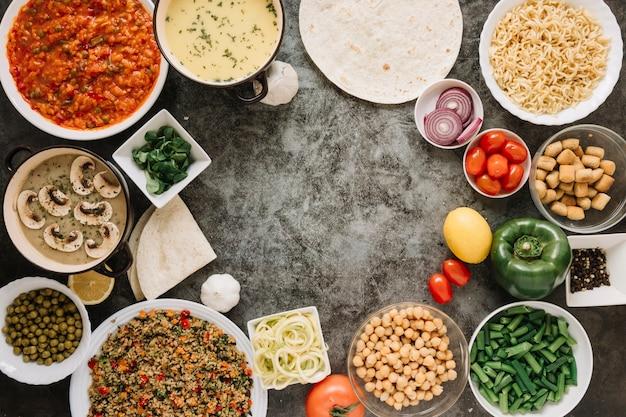ひよこ豆とピーマンの料理のトップビュー 無料写真