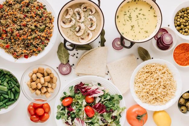 Вид сверху блюд с лапшой и супами Бесплатные Фотографии