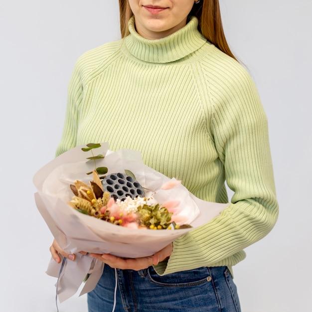 花の花束を保持している若い女性の花屋 無料写真