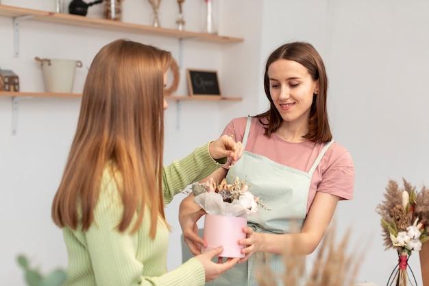 花束を作るビジネス女性 無料写真