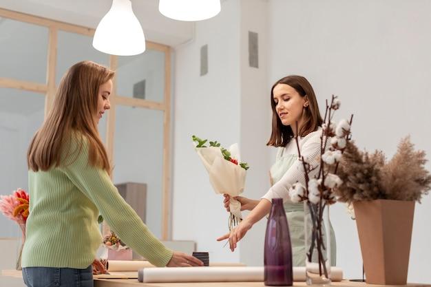 花束の長いビューを作るビジネス女性 無料写真