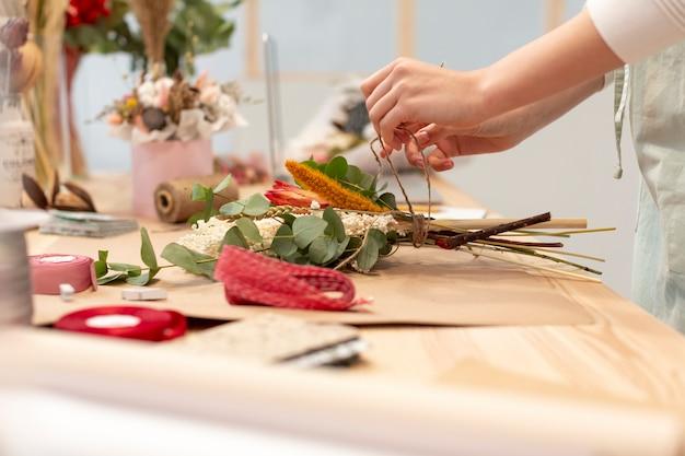花束を作るクローズアップ女性 無料写真