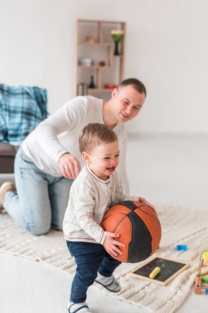自宅で笑顔の赤ちゃんと父 無料写真