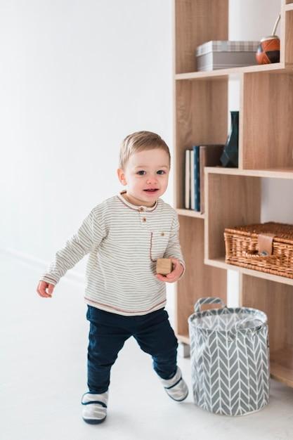 スマイリー赤ちゃんの正面図 無料写真