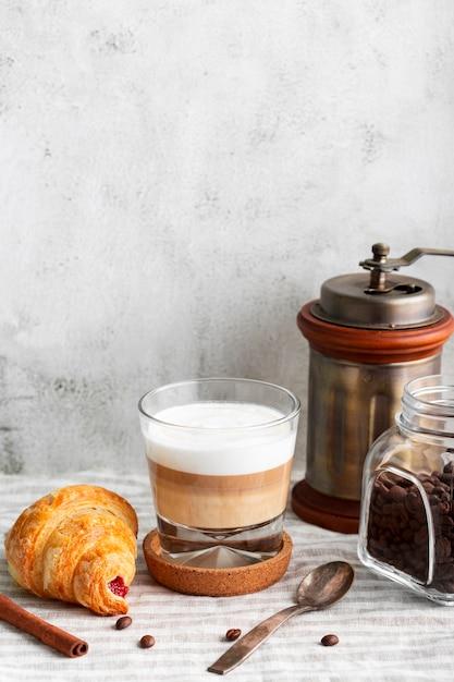Макро вкусный кофе с молоком и круассаном Бесплатные Фотографии