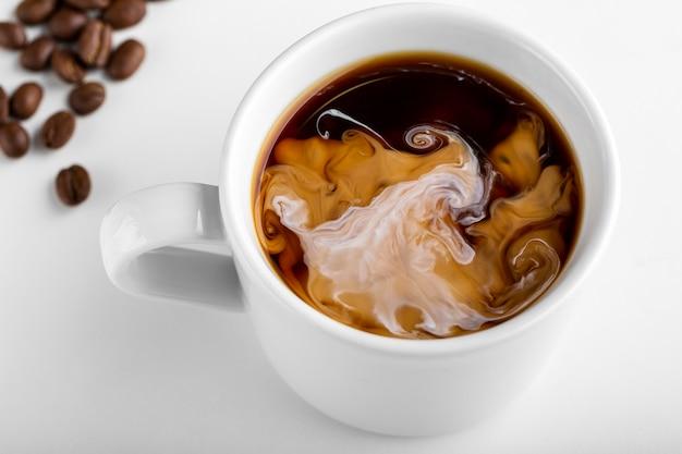 Макро органическая чашка кофе с молоком Бесплатные Фотографии